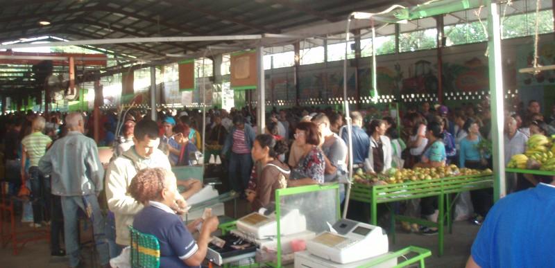 Schlangestehen im FeriaDelCentro (Cecosesola)
